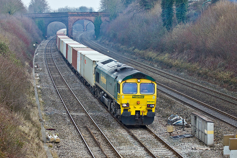 27th Jan 10: 4M61 the 12.55 from Southampton to Trafford Park with 66501 on the front powers through Purley on Thames