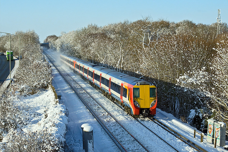 9th Jan 10:  The heavy snow fell on Tuesday night but by Saturday morning the trees were still covered.  458008 & 458025 working 2C26 the 09.42 from Reading nears Bracknell