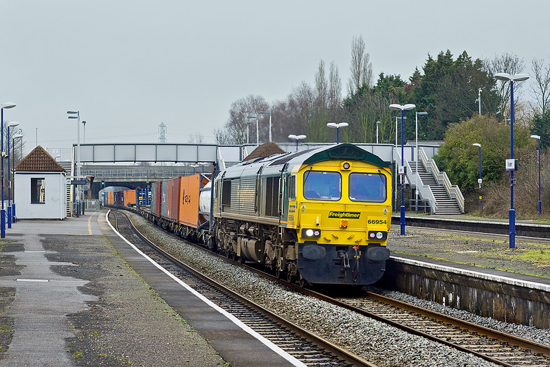 23rd Jan 10:  Thundering through Iver is 66594 heading 4O27 from Garston to Southampton.  Diverted via the GWML due to engineering work between Leamington and Banbury.