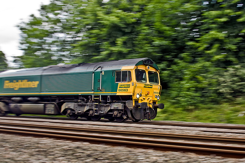 24th Jun 10:  My panning skills are non existant so this is a pure fluke, 66563 on 4O51 from Wentloog-Pangbourne