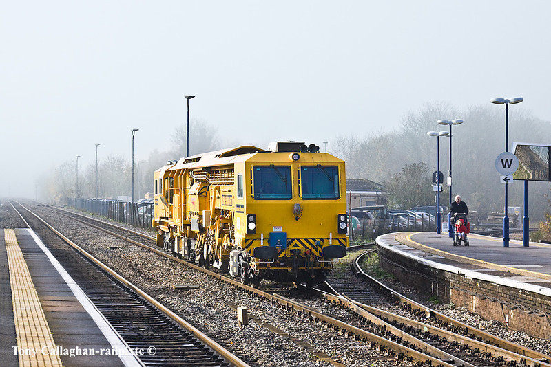 15th Nov 10:  NetworkRail's USP5000RT Ballast Regulator DR77905  is on the Up Relief as it scuttles through Twyford