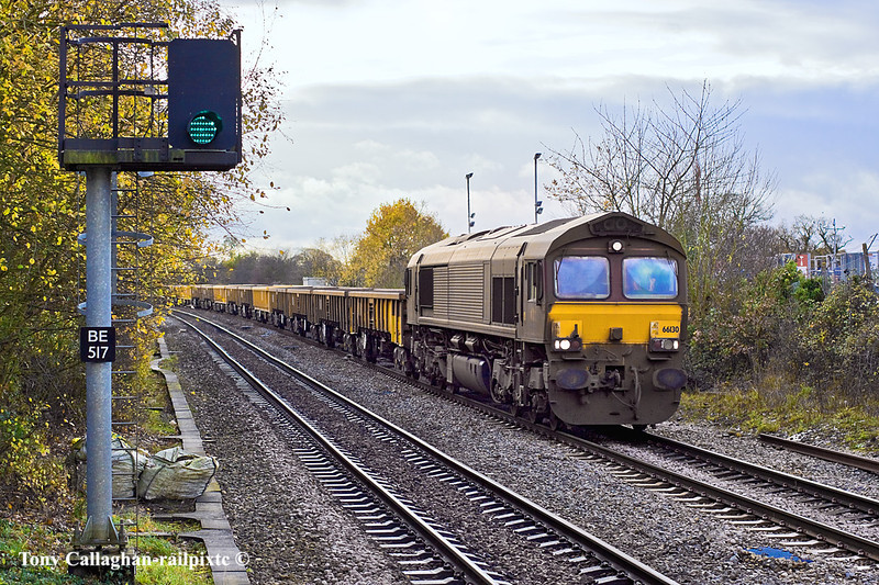 18th Nov 10:  Released from RHTT duties and thus filthy 66130 works 6V27 the afternoon departmental Serice to Hinksey from Eastleigh.  Seen here art Mortimer
