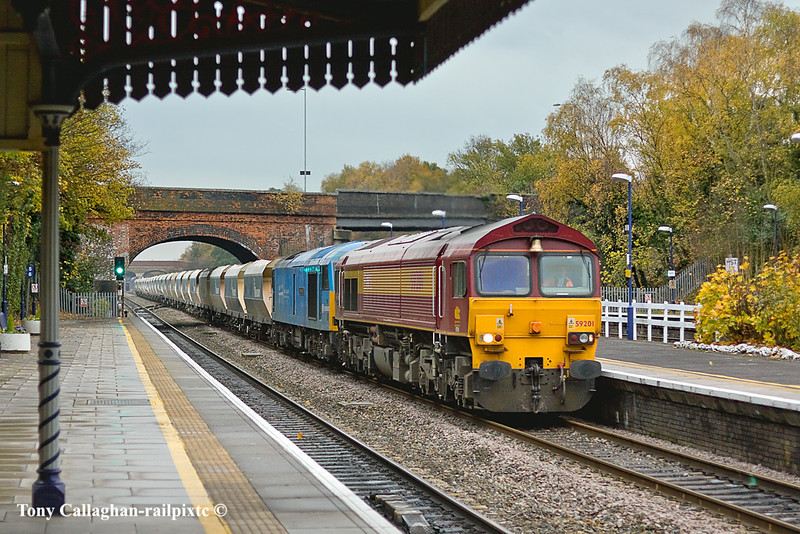 17th Nov 10:  The highlight of the day was supposed to be 60074  having worked to Hothfield coming back to Merehead with 6V18 from Hither Green.  If it wasn't bad enough that the weather was pants 60074 was DIT inside 59201. Pictured at Twyford