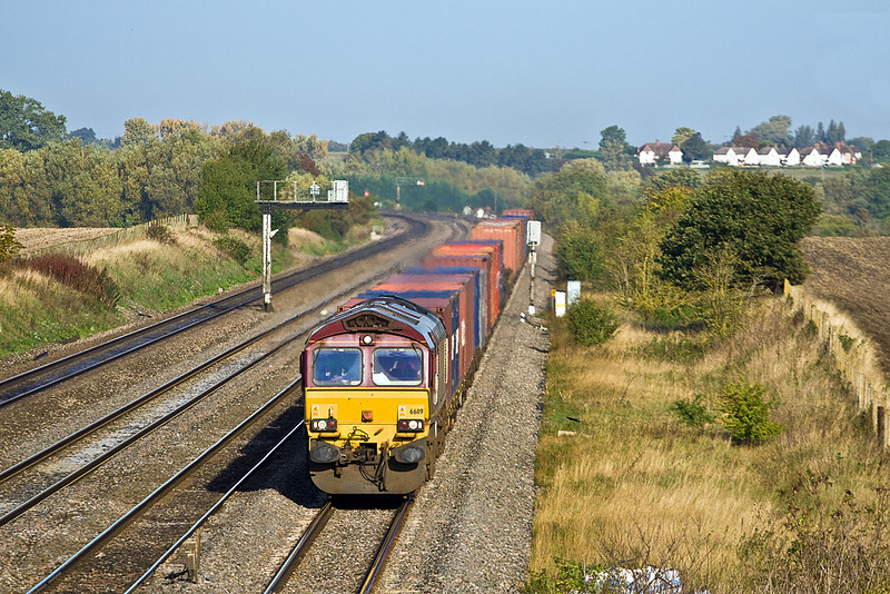 7th Oct 10:  With the houses in North Moreton on the background hill, 66119 brings 4O53 From Wakefield to Southampton towards Cholsey