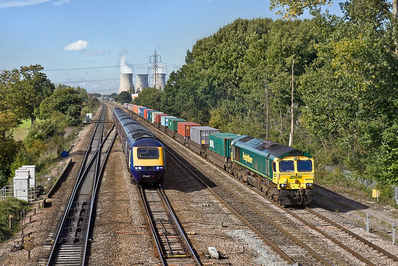7th Oct 10:  66591 hauling 4O51 from Wentloog to Southampton runs neck and neck with the 11.30 from Bristol Temple Meads as they leave Didcot and near Fulscot Bridge.