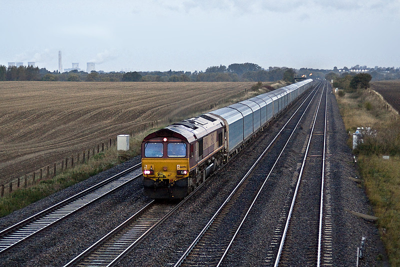 7th Oct 10:  It is just after 7 am as 66094 runs on the Main past Manor Farm in Cholsey with 7 sets of covered car carriers from Castle Bromwich to Southampton