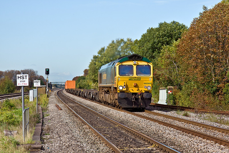 7th Oct 10:  66569 roars through Cholsey powering 4L32 from Bristol Treightliner Terminal to Tilbury