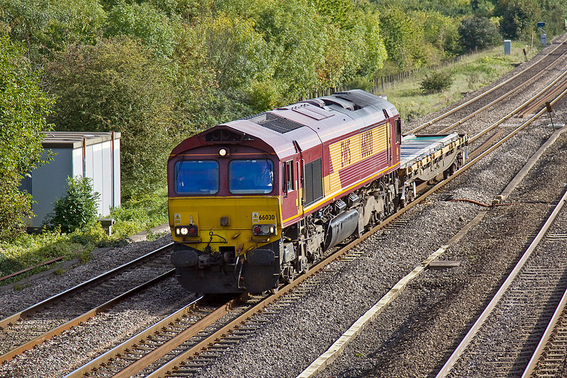 7th Oct 10:  With a mini load 66030 trots through Lower Basildon with the afternoon Eastleigh to Hinksey departmental. This is normally an 'out and back' working for the locomotive starting from Bescot, however today the morning leg was in the hands of 66006.