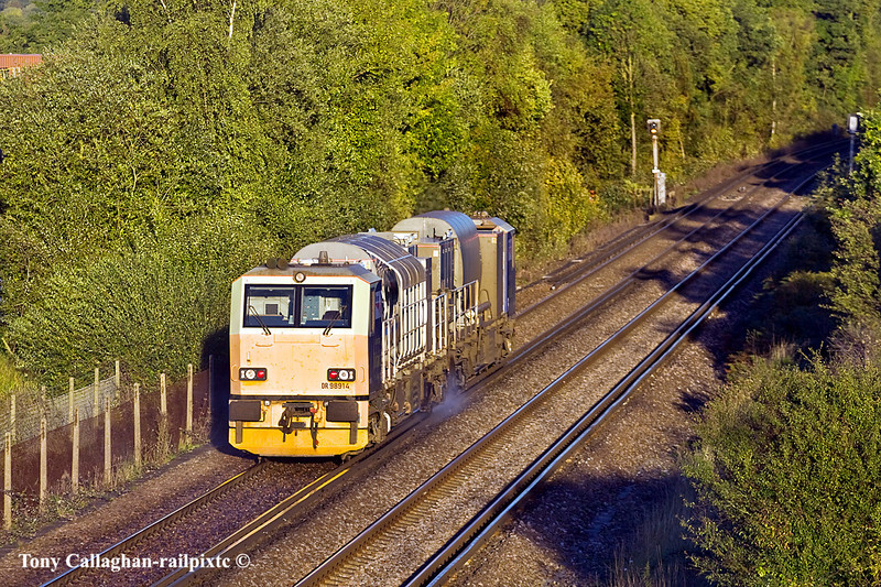 25th Oct 10:  MPV RHTT units DR98914 and DR98964 near Bracknell while working the Wokingham to Ascot leg of 3S84s day's work