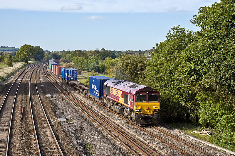 7th Oct 10:  In good autumn light 66146 brings4O16 from Garston to Southampton through Lower Basildon
