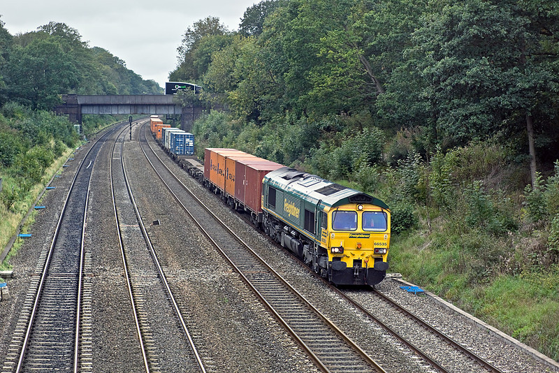 27th Sep 10:  The Booze liner from Bristol FLT to Grain 4O24  runs through the Sonning Cutting