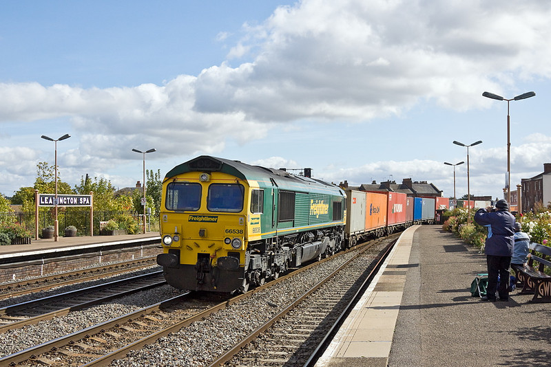21st Sep 11:  Bang on time 66538 on the Southampton to Lawley Street liner (4M55) takes the through road at Leamington Spa