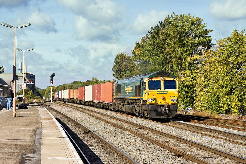 21st Sep 11:  66568 powers south through Leamington Spa working 4O54 from Leeds to Southampton.