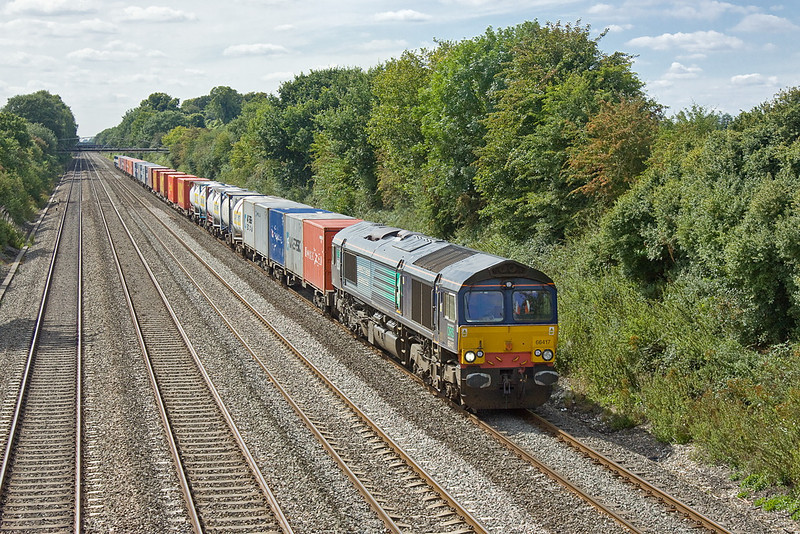 22nd Aug 11:  Hired in by Freightliner to  power 6L32 from Bristol Parson Street to Tilbury is DRS 66417.  Captured here passing through Shottesbrooke.