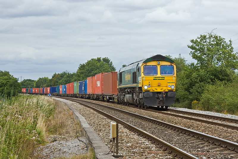 30th Aug 11;  66569 hurries south on the point of 4O49 from Birch Coppice to Southampton.  Captured at Danes Crossing in Grazeley