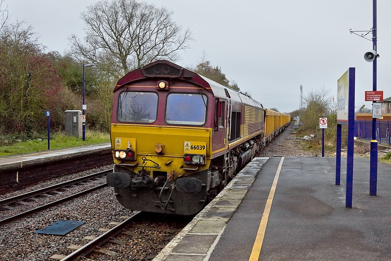 19th Dec 11: 66039 at the helm of 6M26 hammers north through Mortimer with empty IOAs from Eastleigh to Stud Farm