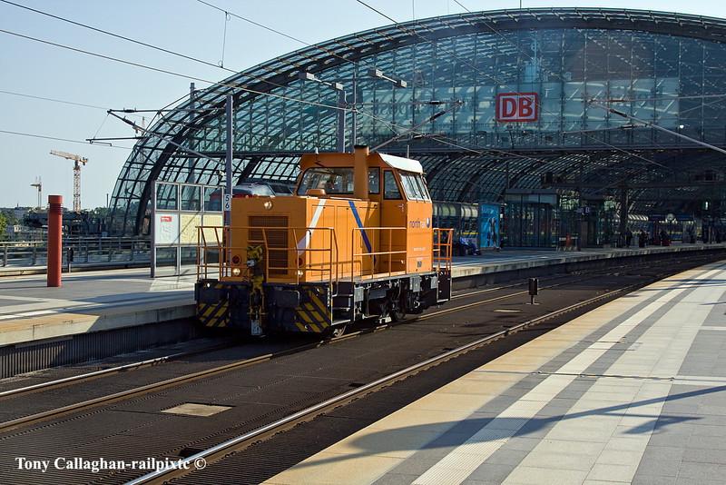 10th Jun 11:    A 4 wheel shunter belonging to Horthrail looks a little out of place ar Berlin Hauptbahnhof