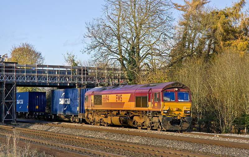 17th Nov 11:  66194 runs under the temporary workers foot bridge at Lower Basildon.  4O23 is the 11.13 from Hams Hall to Southampton Western Docks