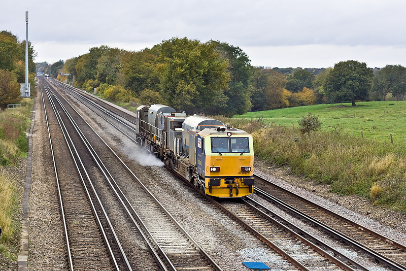 31st Oct 11:   MPV DR98927 and DR98977 on the Up Fast between Hook and Winchfield working Eastleigh Leaf Buster duty 3S85