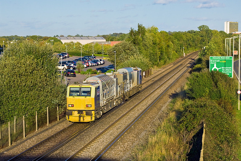 18th Oct 11:  DR98974 & DR98924  forming Eastleigh's 3S84 are captured on the Wokingham to Virginia Water leg of the aftrnoons work.  Amen Corner in Bracknell