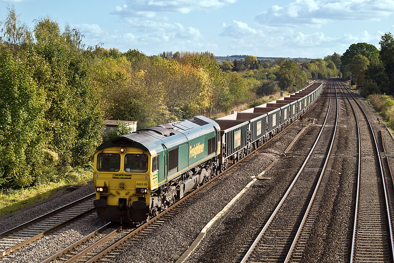 19th Oct 11:  66519 heads west through Lower Basildon with 6V87 from Crawley to Bristol Barrow Road