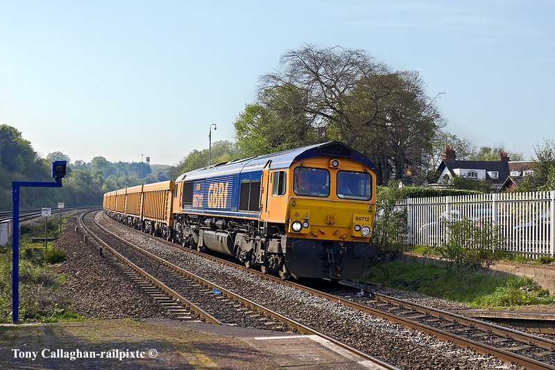 19th Apr 11:  Rounding the curve through Pangbourne is 66712 with 6O96 from Mountsorrel to Eastleigh VQ loaded ballast