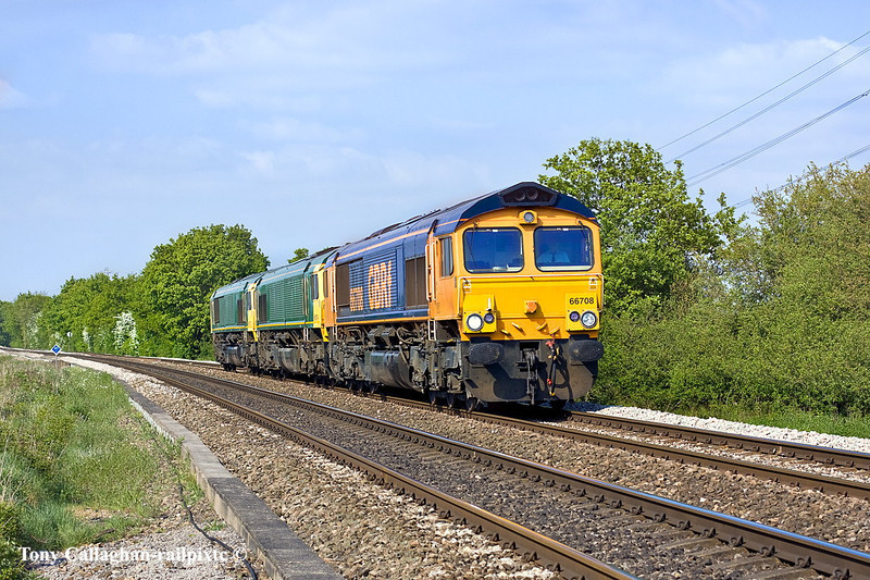 24th Apr 11:  0O74 was the move to warm storage of debranded Freightliner locos 66573 & 66574.  66708 was taking the pair from Dagenham to Eastleigh.  Captured here at Danes crossing in Grazeley