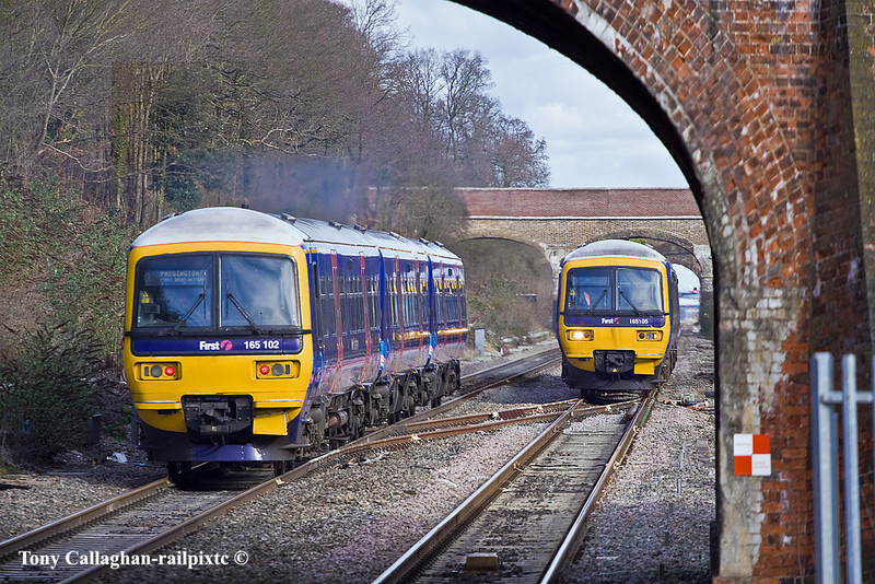 14th Feb 11:  165103 heads to Paddington at 165105 arrives at Twyford with 2R31 the 11.12 Paddington to Reading