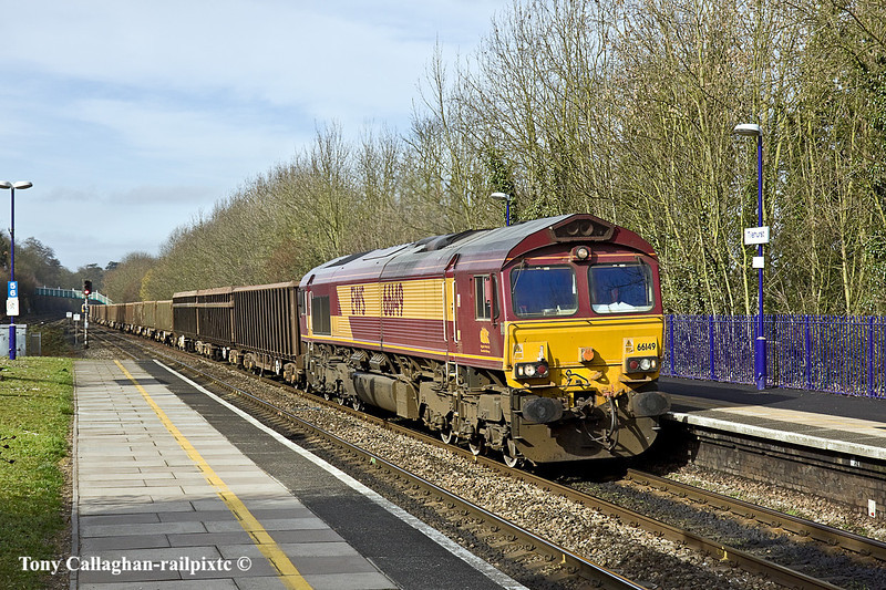 24th Feb 11:  66149 on the point of 6Z52, empty mud boxes, returning to Bow Olympic from Appleford Tip.  Captured running through Platform 4 at Tilehurst