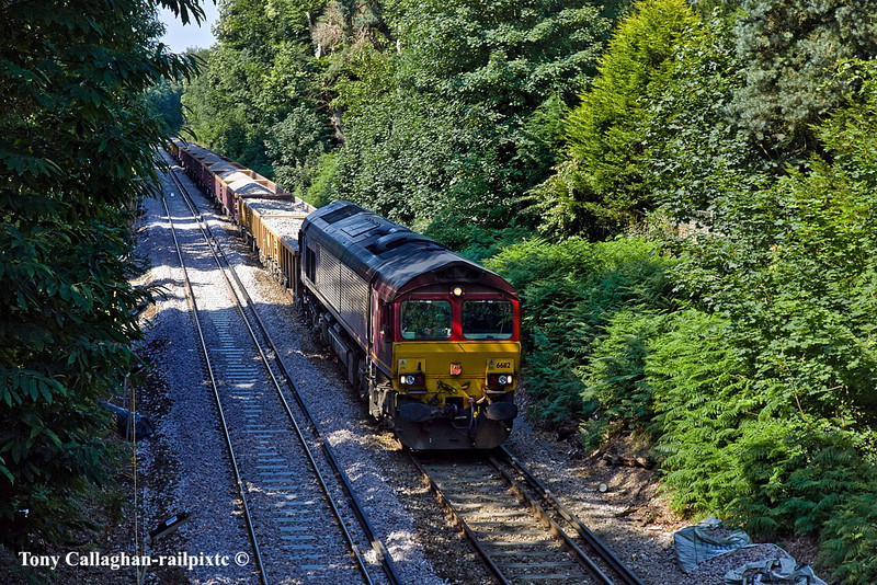 3rd Jul 11:  Working 6N04 66112 waits near the Gibbet Lane bridge in Camberley with the fresh ballast which will shortly be unloaded