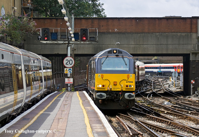 8th Jul 11: The ECS fror the Orient Express enters Platform 2 at Victoria.  5Z82 is powered by 67006