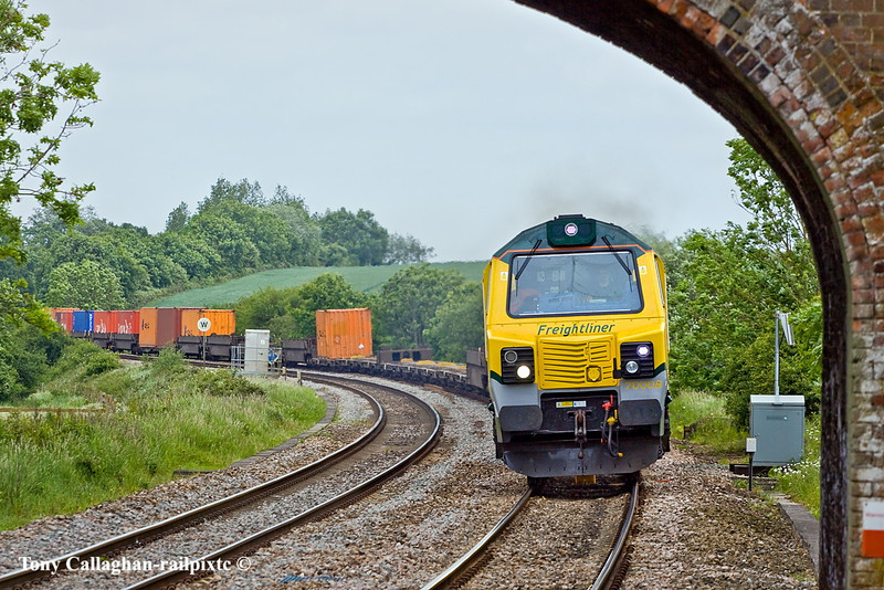 23rd May 11:  Returning to Southampton on 4O51 from Wentloog in Cardiff is Power Haul 70008.  Captured at Mortimer.