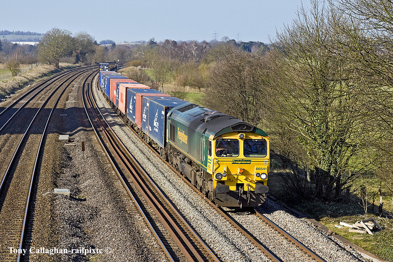 7th Mar 11:  The Monday's only (4O49) from Birch Coppice with the Green Team's 66541 on the point is seen passing through Lower Basildon.