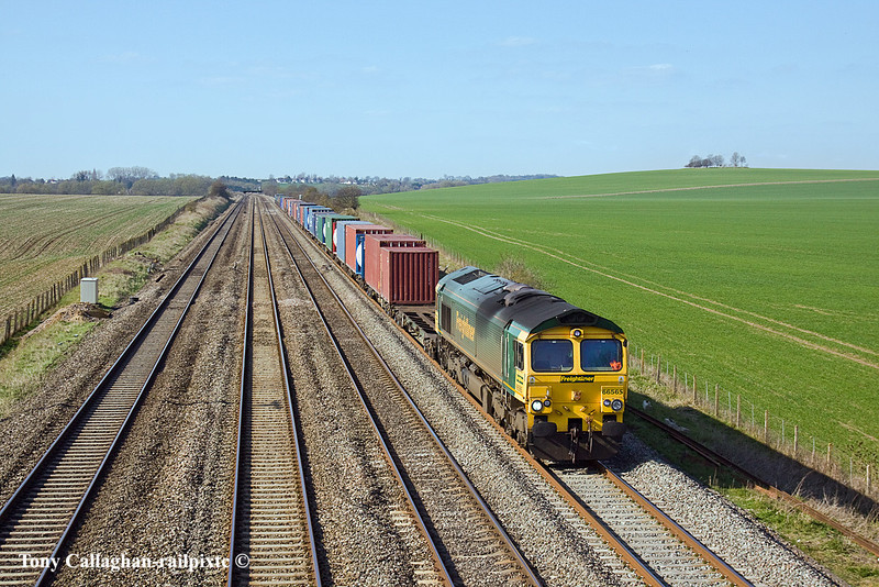 23rd Mar 11:  66565 is on the point of 4O27 from Garston to Southampton.  Captured at Manor Farm, Cholsey