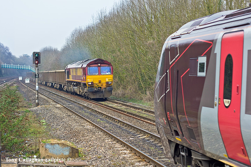 29 th Mar 11:  The idea was to picture 66136 heading 6Z52 the spoil empties from Appleford to Bow Olympic.  A Voyager had an other idea !