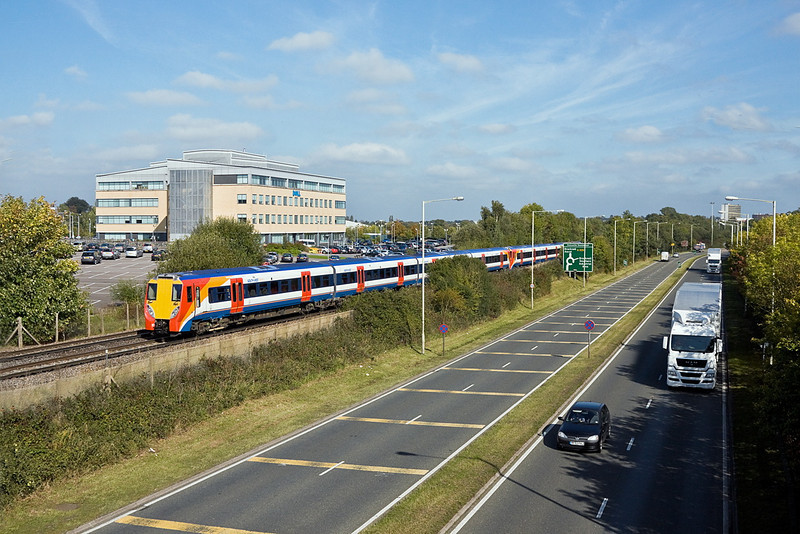 27th Sep 11:  458009 leads on 2C37 the 13.20 from Waterloo to Reading.  Captured here from the foot bridge at Amen Corner in Bracdknell