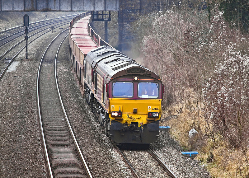 9th Feb 12:  Running rather late is 4L35 the empty car carriers from Didcot Yard to Daggenham.  At it  passes through the Sonning Cutting 66176 is leading with 66177 tucked inside.