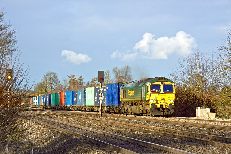 6th Jan 12:  Captured at Lower Basildon is 66565 on the point of 4O49 from Basford Hall to Southampton