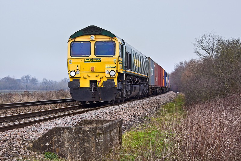 31st Jan 12:  4O51 is the Wentloog Cardiff to Southampton Freightliner.  Captured here powered by 66562 at Danes Crossing in Grazeley