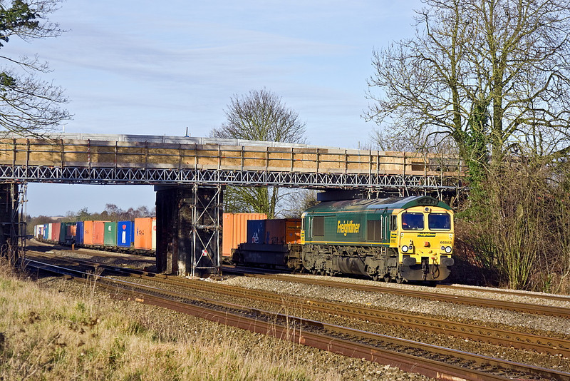 6th Jan 12:  4O51 from Wentloog to Southampton is in the hands of 66562.  Captured here framed by thye new bridge that is under construction at Lower Basildon