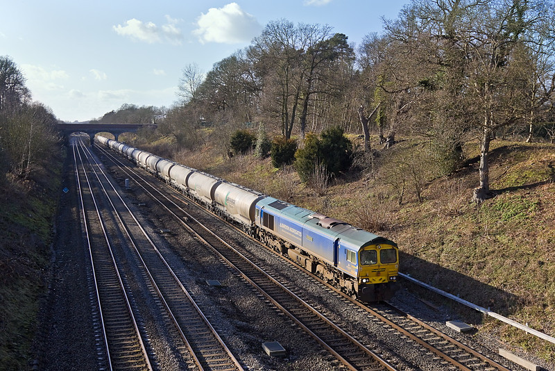 27th Jan 12:  6M91 is the return working for the empty cement tanks from Theale to the Lafarge plant at Earles in the Hope valley.  Captured here, with 66623 'Bill Bolsover' on the point, at Southbury Lane in Ruscombe.