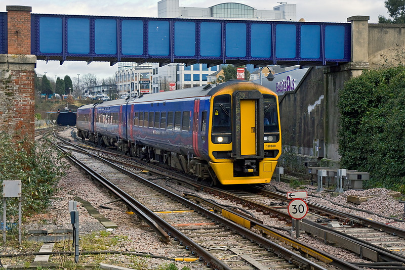 12th Jan 12:  158960 forming the 12.23 (1F18) from Portsmouth Harbour to Cardiff enters Southampton Central