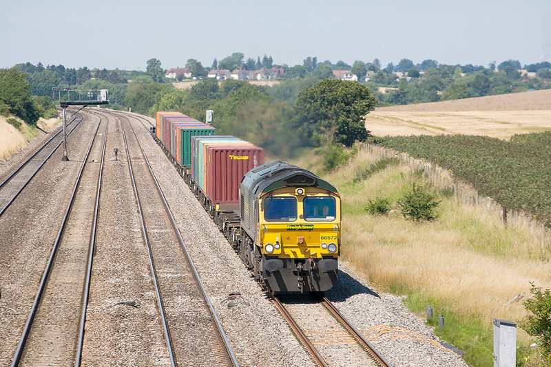 24th Jul 12:  4O49 from Crewe Basford Hall to Southampton, 4O49, with 66572 on the point nears Manor Farm in Cholsey