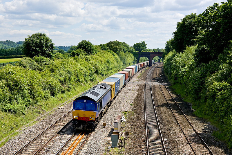 13th Jun 12:  Ex DRS 66414 is now de-branded and used by Freightliner.  Captured here at Westbury Lane in Purley on Thames while working 4V50 VAR from Southampton to Wentloog
