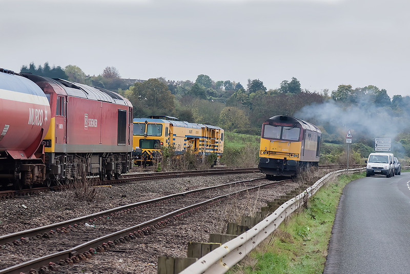 24th Oct 12:  60079 arrives at Westerleigh with 6B13 from Robeston as 60071 scuttles away having acted as the Shunter's Taxi