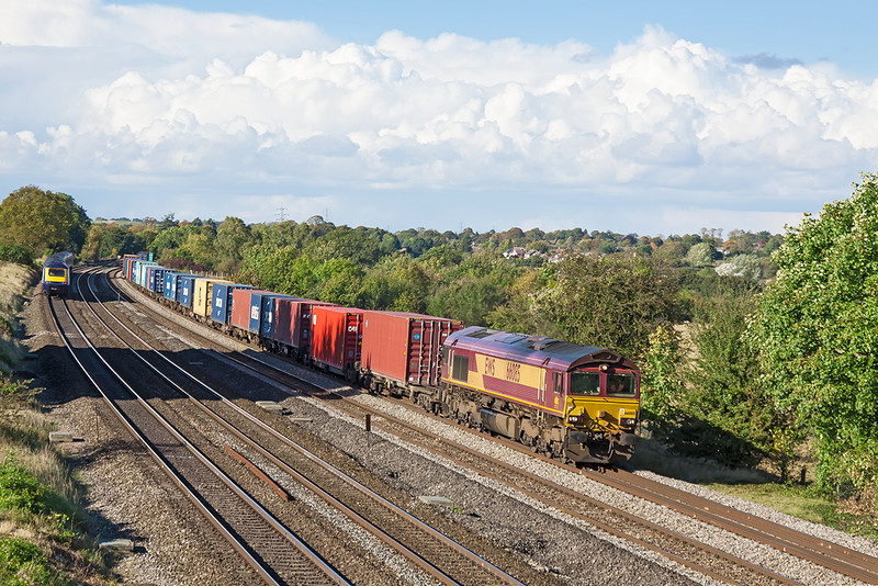 12th Oct 12:  Under a beautiful sky 66085 sweeps round the curve at Lower Basildon with 4O23 from Birch Coppice