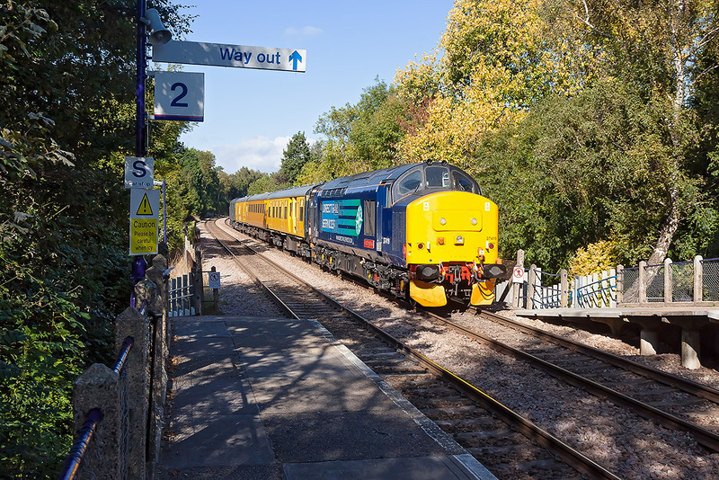 4th Oct 12:  Charging down the grade through Sandhurst is 1Q14 working from Reading to Guildford.  With 37419 on the front 31106 brings up the tail