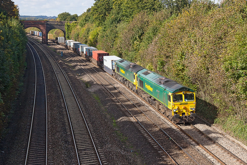 12th Oct 12:  66553 with 66503 DIT brings the Bristol to Tilbury Service (4L32) through the cutting at Purley on Thames