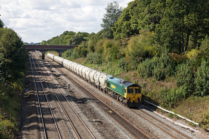 19th Sep 12:  Returning the cement empties from Theale to the Lafarge cement works in the Hope Valley is 66528.  6M91 is pictured from Southbury Lane in Ruscombe
