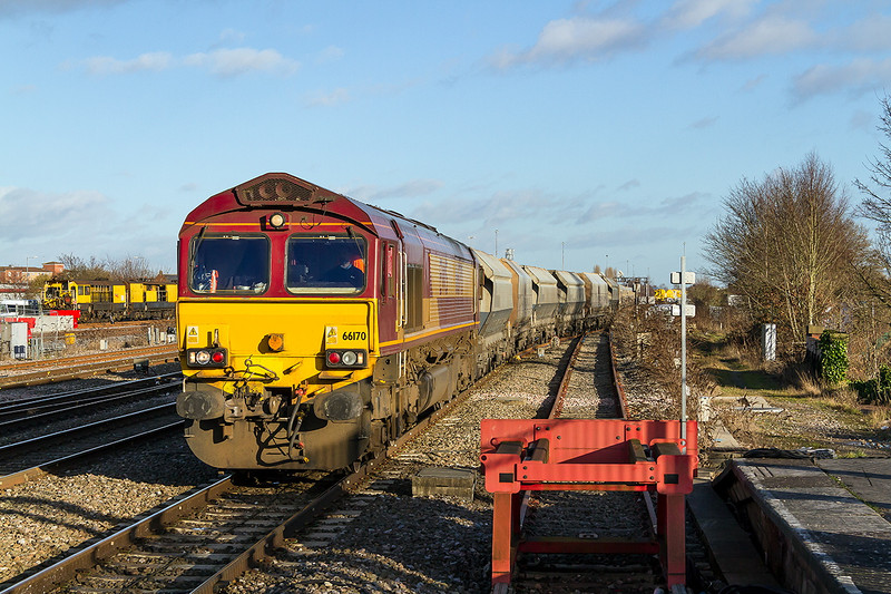 19th Nov 14:  Leaving the loop at Swindon is 66170 working 6B35 from Hayes to Moreton on Lugg